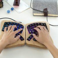 keyboard.io: la tastiera ergonomica in legno programmabile come arduino
